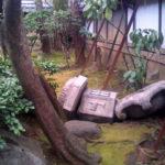 東京都新宿区〇〇邸の庭にある灯篭が倒壊