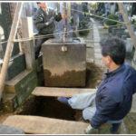 古い墓石の解体と運搬作業