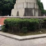 千代田区で銅像の御影石を洗浄作業